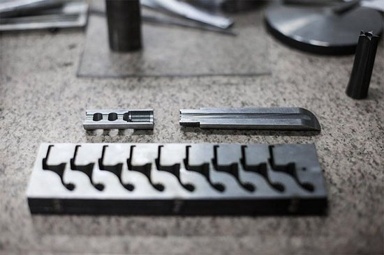 Máy cắt những chi tiết này nhừng mảnh thép nhờ quá trình ăn mòn điện tử trong môi trường điện môi. Quá trình này mất khoảng 3 đến 4 giờ để tạo ra một chi tiết.