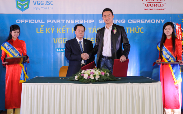 Các đại biểu chứng kiến Lễ ký kết hợp tác chiến lược giữa VGG JSC và Perfect World. Trái: ông Phan Mạnh Hà (Tổng Giám đốc VGG JSC), Phải: ông Sky Zhang (Tổng Giám đốc Perfect Online Holdings)