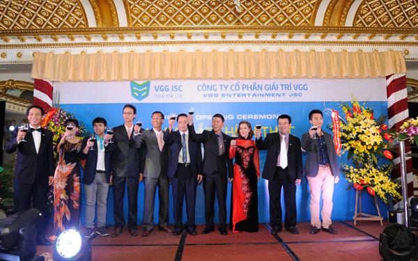 Hội đồng quản trị, Ban điều hành và các khách mời cùng nâng ly chúc mừng lễ ra mắt của VGG JSC