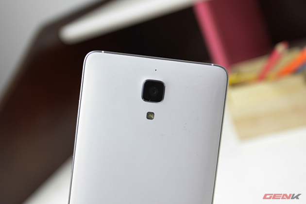 Hình dáng và cách bố trí camera mang hơi hướm các sản phẩm của Samsung.