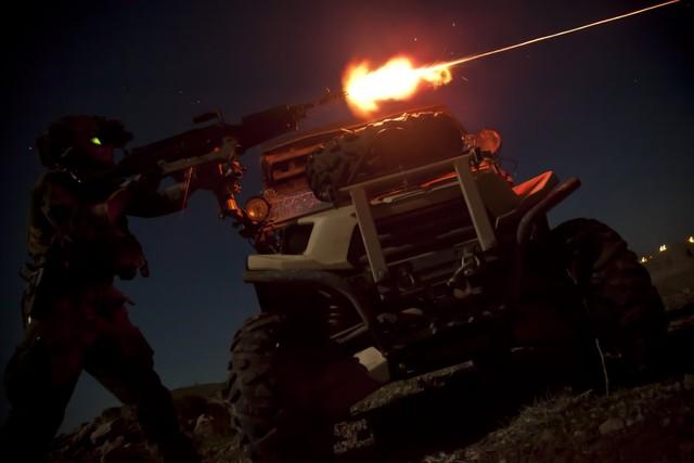 Lính thủy đánh bộ Mỹ xả súng máy M240B trong một cuộc tập trận ban đêm ở tỉnh Helmand, Afghanistan.