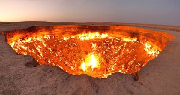 """Mới nhìn qua, nhiều người sẽ nghĩ đây là cảnh tượng trong một bộ phim khoa học viễn tưởng. Tuy nhiên, chiếc hố cháy này tồn tại ở sa mạc Karakum, Turkmenistan. Người ta mệnh danh địa điểm này là """"Cánh cửa dẫn tới địa ngục"""", do chiếc hố đã bốc cháy suốt 40 năm sau một sự cố trong quá trình khoan khiến khí gas rò rỉ."""