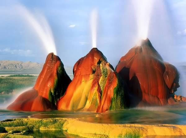 Fly Geyser là một giếng phun nhỏ nằm ở phía bắc Gerlach, bang Nevada, Mỹ. Người ta vô tình phát hiện nó trong quá trình khoan giếng vào năm 1916. Nước nóng phun trào qua nhiều năm, mang theo những khoáng chất. Chính những khoáng chất này tạo nên màu sắc huyền ảo cho Fly Geyser.