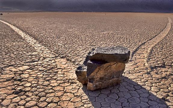 """Các nhà khoa học đã tìm ra lời giải cho bí ẩn """"những hòn đá biết đi"""""""