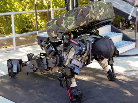 Kỹ sư thử nghiệm Rex Jameson thực hiện động tác chống đẩy với bộ khung xương XOS 2 và ba lô trên lưng