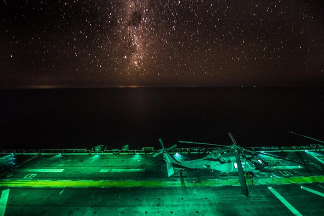 Một máy bay trực thăng MH-60S Sea Hawk chuẩn bị sẵn sàng cất cánh khỏi tàu tấn công lưỡng cư USS Bonhomme Richard để thực hiện nhiệm vụ ban đêm.