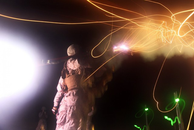 Bầu trời sáng rực khi một lính thủy đánh bộ Mỹ phóng tên lửa vác vai Stinger nhằm vào một máy bay không người lái trong cuộc tập trận ở North Carolina.