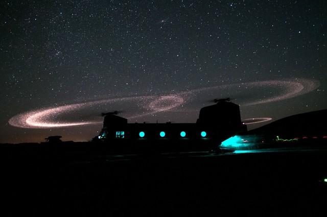 Máy bay vận tải CH-47 Chinook chở lính dù chuẩn bị cất cánh để tham gia một sứ mệnh tấn công trên không gần tỉnh Ghazni, Afghanistan.