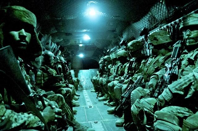 Các lính dù Mỹ trên chiếc trực thăng CH-47 Chinook.