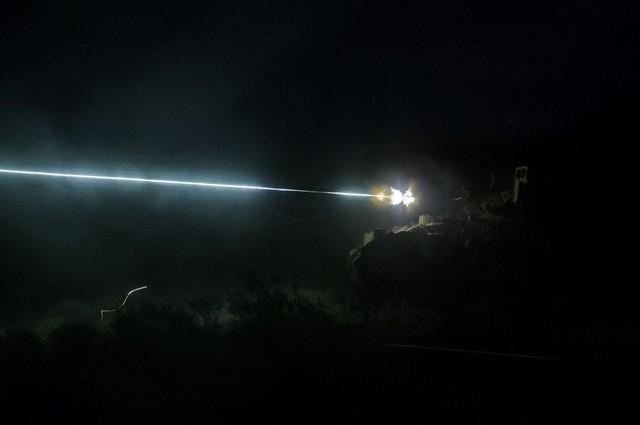 Phương tiện chiến đấu M3A3 Bradley của của quân đội Mỹ tham gia cuộc tập trận bắn đạn thật trong đêm tại Fort Irwin, California.