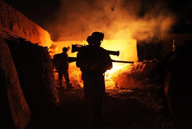 Lính thủy đánh bộ Mỹ rời khỏi một ngôi làng trong cuộc tuần tra ban đêm tại Helmand, Afghanistan.