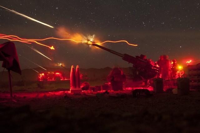Bích kích pháo hạng nhẹ M777A2 của Lính thủy đánh bộ Mỹ xả đạn sáng rực bầu trời trong cuộc tập trận Steel Knight ở California.