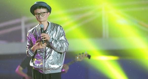 Jack Ma hát tại một sự kiện của Alibaba.