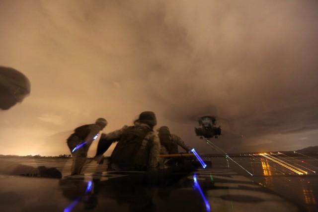 Các binh sĩ Lính thủy đánh bộ Mỹ tham gia cuộc tập trận vận chuyển hàng hóa trong đêm với trực thăng CH-53E Super Stallion.