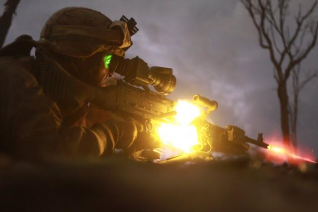 Một binh sĩ bắn súng trường M240 trong một cuộc tập trận tấn công ban đêm.