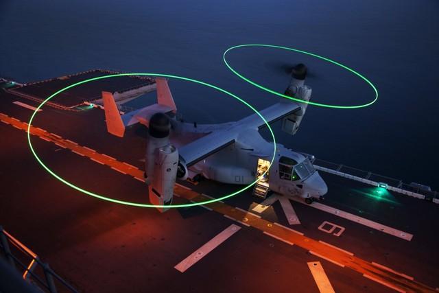 Máy bay vận tải hạng nặng MV-22B Osprey chuẩn bị cánh cánh khỏi tàu tấn công lưỡng cư USS Kearsarge ở ngoài khơi bờ biển North Carolina.