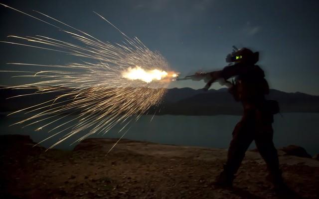 Lính thủy đánh bộ Mỹ xả súng trường AK-47 trong một cuộc tập trận ban đêm ở tỉnh Helmand, Afghanistan.