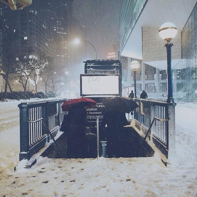 Tàu điện ngầm cũng mờ ảo hơn với những cơn mưa tuyết.