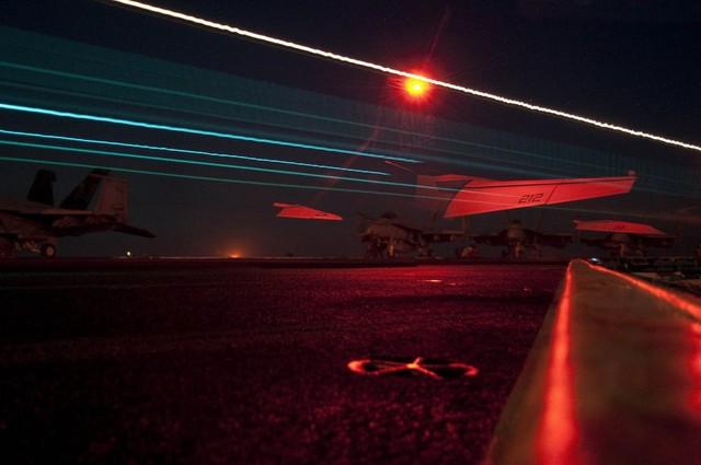 Một tiềm kích trên hạm F/A-18F Super Hornet thuộc Phi đội Jolly Rogers 103 cất cánh khỏi tàu sân bay USS Dwight D. Eisenhower.
