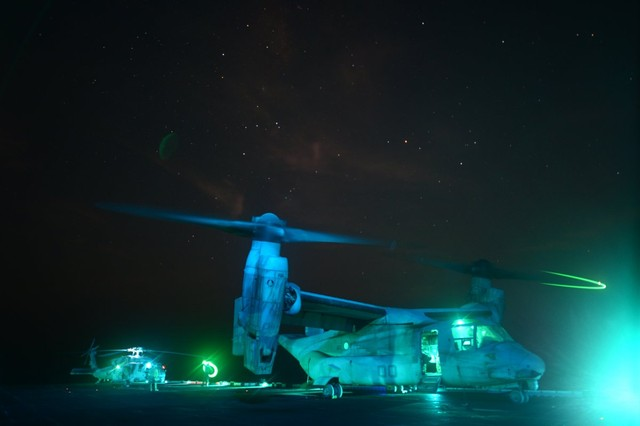 """""""Chim ưng biển"""" MV-22B Osprey chuẩn bị cánh cánh khỏi tàu tấn công lưỡng cư USS Kearsarge."""