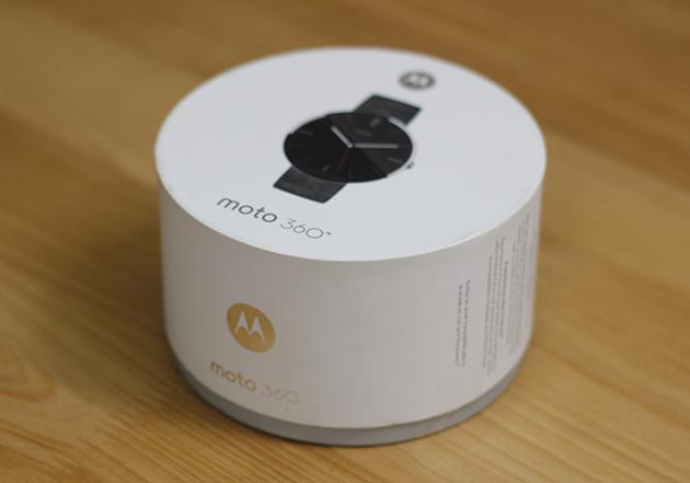 Hộp đựng Moto 360 được thiết kế dạng hình trụ tròn xoay với các mép được vuốt khá tỉ mỉ.