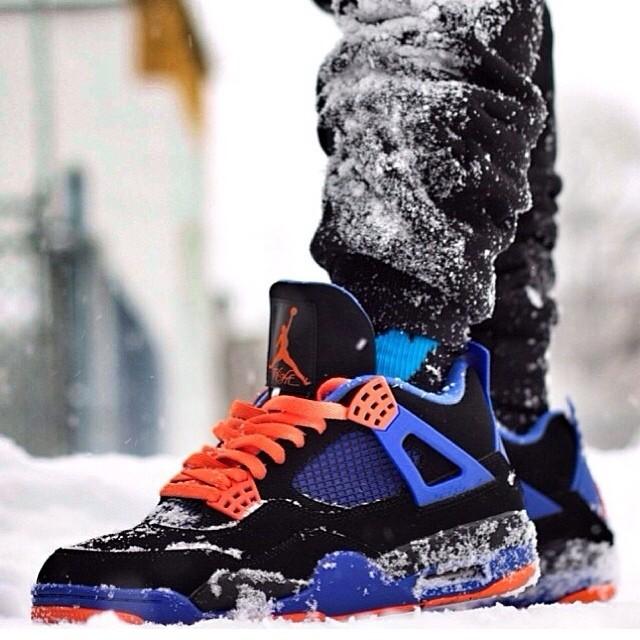 Đôi giày bên dưới càng sặc sở hơn với tuyết trắng.