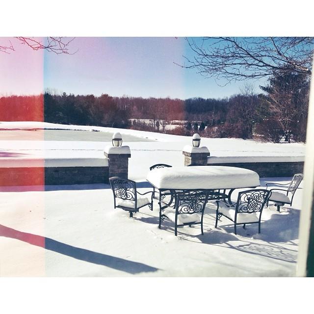 Bộ bàn ghế này trở nên đẹp vàton-sur-ton khi đặt nó dưới lớp tuyết trắng.