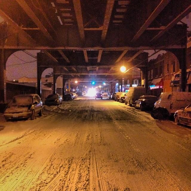 Cây cầu này có sự khác biệt lớn so với những chiếc cầu khác do được trang điểm bằng tuyết.