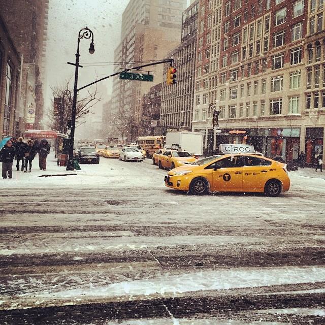 Chiếc taxi vàng cam này nổi bần bậc do tương phản với hình ảnh trắng xóa của tuyết.