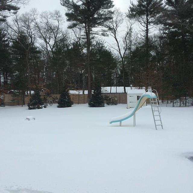 Đây là sân sau của một ngôi nhà khoác lên mình vẻ đẹp long lanh của tuyết.