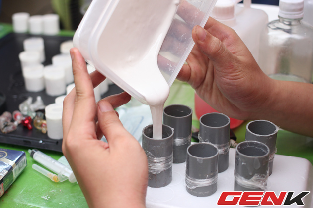 Chất làm vỏ sau khi hút sạch bọt khí được rót từ từ cẩn thận vào từng nguôn đúc, ở công đoạn này chỉ cần tay hơi cao hoặc hơi thấp cũng có thể xinh ra bọt khí trong sản phẩm và sản phẩm sẽ bị loại bỏ.