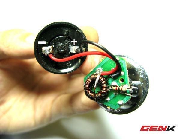 Hàn dây tương ứng với cực âm, cực dương trên thỏi pin năng lượng