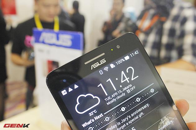Mặt trước của Asus Zenfone 6 với logo công ty ngay phía dưới loa thoại. Camera trước độ phân giải 2 MP, đèn báo notification và cảm biến tiệm cận.