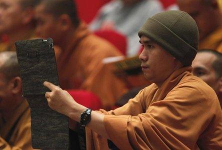 Một nhà sư sử dụng iPad trong lễ bế mạc Đại hội lần thứ bảy của Giáo hội Phật giáo Việt Nam tổ chức tại Hà Nội.