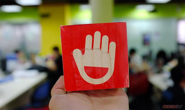 Logo Jelly-Ear hình bàn tay nổi bật trên vỏ hộp.