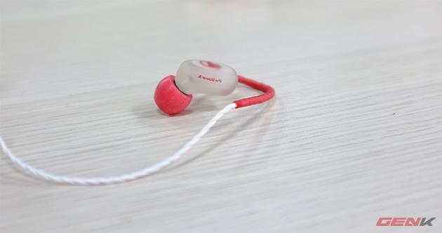 Mỗi chiếc đều có series riêng được in trên tai.