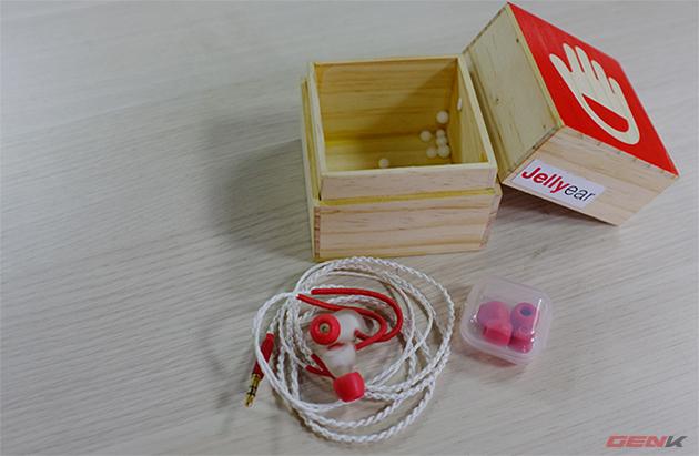 Đi kèm với tai nghe là 4 núm đệm thay thế. Núm đệm tai nghe trên Jelly-Ear không làm từ cao su mà được chế tác từ bọt biển, giúp tùy biến kích cỡ theo từng khách hàng riêng.
