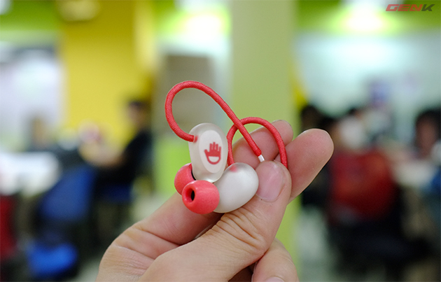 Phần khung vỏ của Jelly-Ear được đổ khuôn, đánh nhám bằng tay.