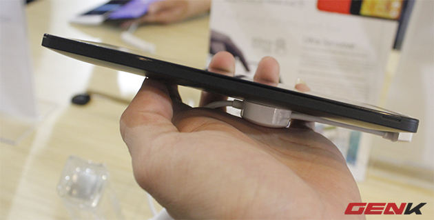 Asus Zenfone 6 có cạnh bên ở điểm mỏng nhất 5,5mm và điểm dày nhất 9,9mm.