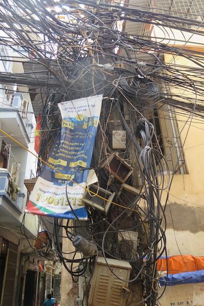 Nhân viên của Truyền hình cáp Việt Nam quả là rất đáng khâm phục khi dám trèo lên mớ dây này treo băng rôn