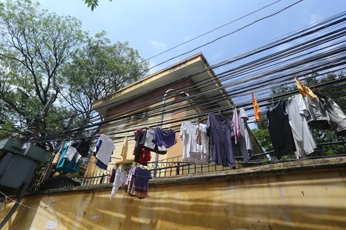 Người dân thì vẫn cứ hồn nhiên...phơi quần áo trên dây điện