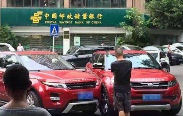 Chiếc Range Rover đâm phải xe nhái thương hiệu của mình ngay trên phố.