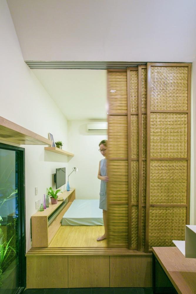 Phòng ngủ của hai vợ chồng trẻ, cửa lùa tre được sử dụng để đảm bảo không gian riêng tư, đóng mở linh hoạt
