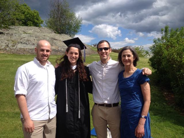 Ronni Gordon (ngoài cùng bên phải) trong lễ tốt nghiệp của con gái cô