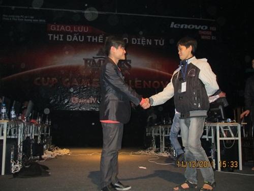 Dù thua trong trận chung kết trước Sơ Luyến, thế nhưng cậu bé Chim Sẻ Đi Nắng đã gây được ấn tượng mạnh với cộng đồng AoE Trung Quốc.