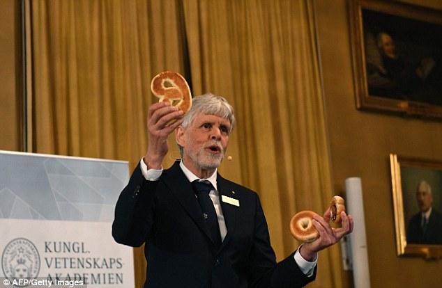 Giáo sư Hansson giải thích toán học topo bằng những chiếc bánh