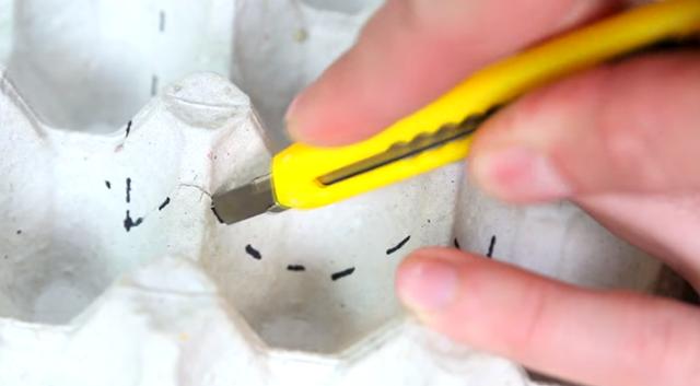 Dùng dao rọc giấy loại bỏ phần đã đánh dấu.