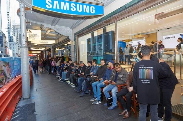 Dòng người chờ mua Note 7 tại Sydney Úc.