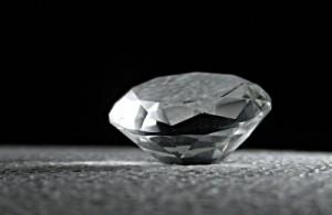 Kim cương không chỉ là vật trang trí, loại vật liệu này còn có nhiều ứng dụng thực tế hơn nữa trong tương lai không xa: kim cương có thể được sử dụng để lưu trữ một lượng dữ liệu khổng lồ sử dụng các mảng phân tử cấu trúc 3D.