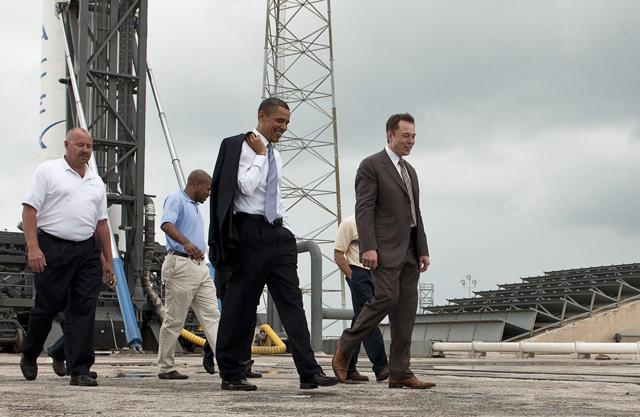 Tổng thống Mỹ Barrack Obama trong chuyến ghé thăm cơ sở của SpaceX.